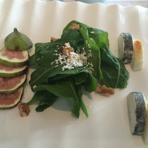 Simple salad with figs and goat cheese