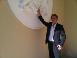 GM Axel Ludwig points to the new hotel emblem