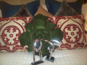 A pair of lovers' statues and cabbage-type cushion on the bed at Four Seasons Singapore hotel